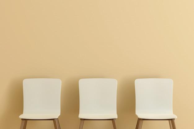 リビングルームに3つの白い椅子。