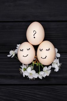 세 개의 흰색 달걀은 어머니, 아버지 및 아이를 상징합니다.