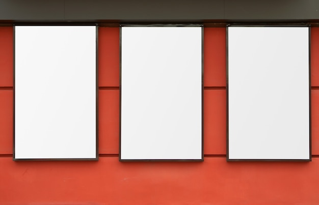 붉은 벽에 세 개의 흰색 프레임