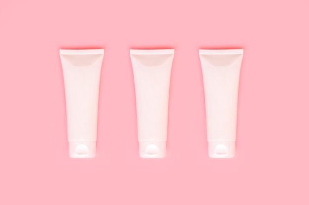 Три белых пластиковых косметических упаковки для медицинских или косметических кремов, гелей, ухода за кожей, зубной пасты, упаковки