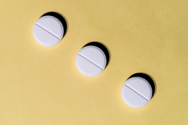 3つの白い錠剤