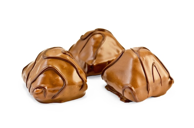 白い背景で隔離のパターンを持つ3つの丸ごとチョコレート菓子