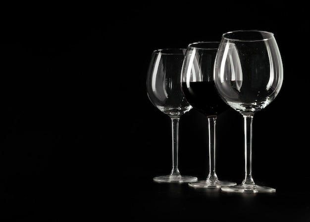 Tre bicchieri da vino nero