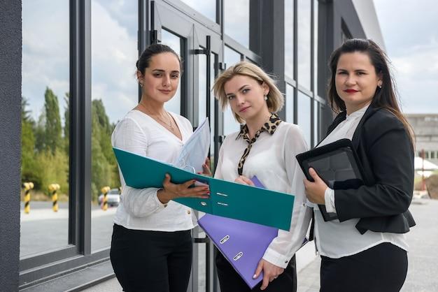 チームワークをする 3 人の女性