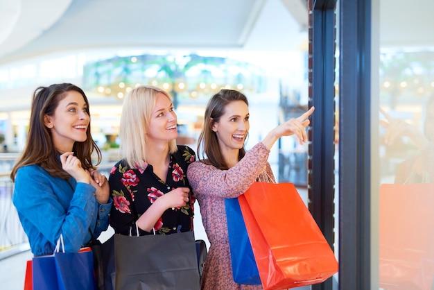Три женщины смотрят на витрину