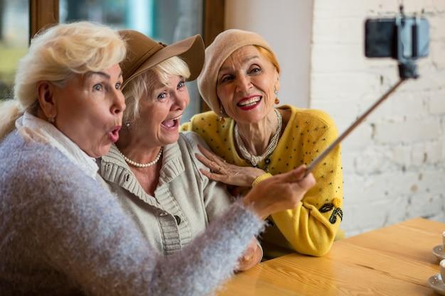 自撮りをしている3人の女性