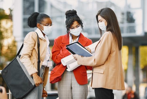 건설에서 건축가로 일하는 세 여성