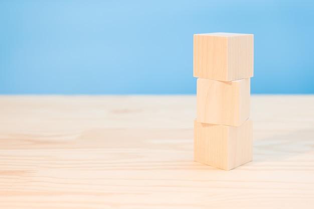 あなたの創造的な概念を作成するためのあなたのテキスト、アイコン、サインとシンボルのための3つの木製の立方体