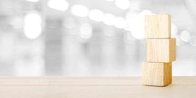 Три деревянных куба на столе за размытие абстрактные боке свет фона