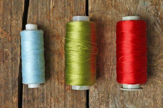 木製の3本の糸