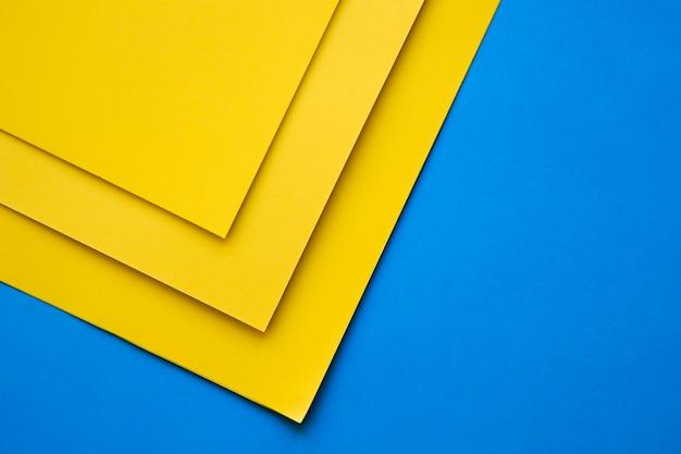Tre craftpapers gialli su sfondo blu