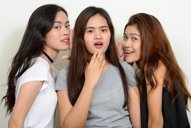 空白に対して一緒に友達として3人の若いアジアの女性