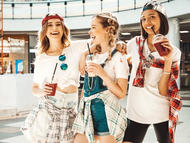 최신 유행의 여름 옷을 입고 세 젊은 아름 다운 웃는 hipster 여자.