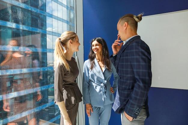 3人の若い同僚がオフィスでコミュニケーション