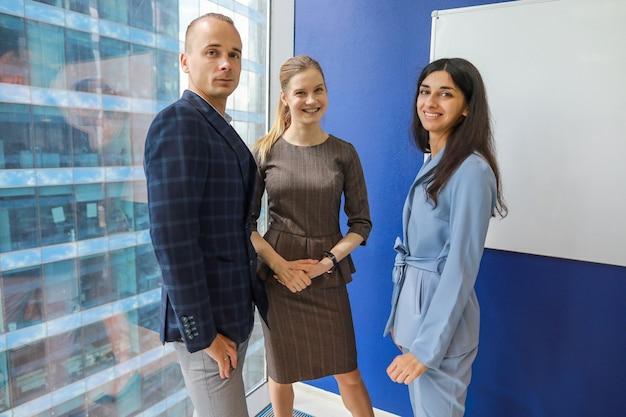 Трое молодых коллег в офисе