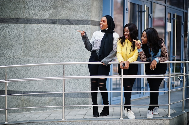 3人の若い大学のアフリカ系アメリカ人女性の友人が一緒に時間を過ごします。