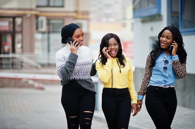 휴대 전화와 함께 세 젊은 대학 아프리카계 미국인 여자 친구.