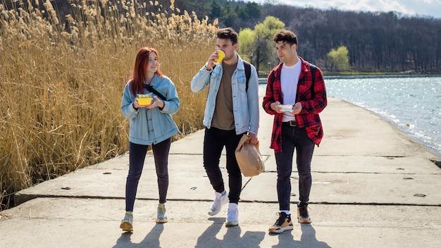 호수를 따라 걷고, 공원에서 술을 마시고 먹는 세 젊은 친구