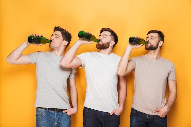 Трое молодых людей пьют пиво