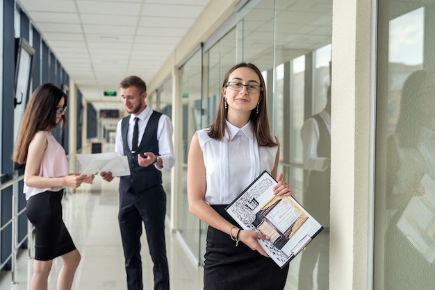 Трое молодых людей обсуждают планировку дома. встреча деловых людей