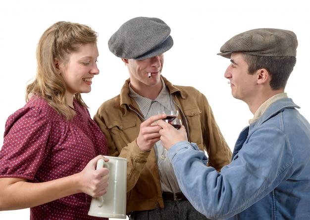Трое молодых людей в костюмах пьют вино