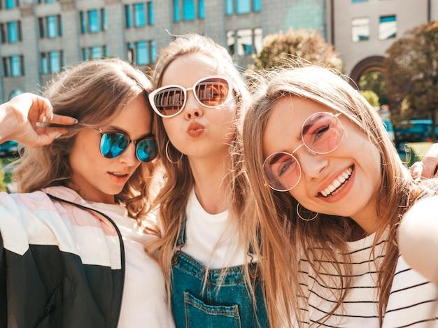 여름 옷에 세 젊은 미소 hipster 여성