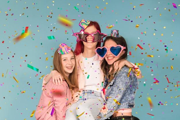 Три молодые девушки устраивают вечеринку с конфетти