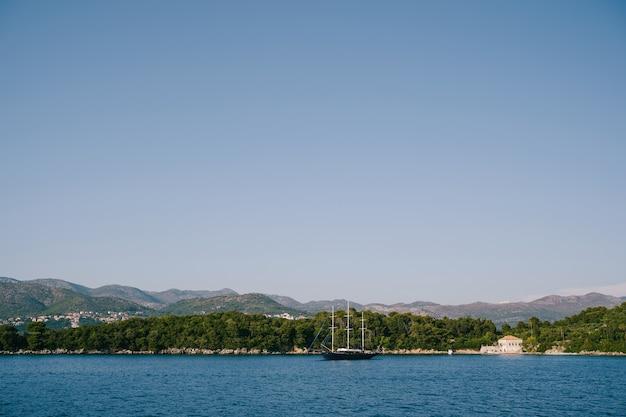 クロアチアの島々沖のスリーマスト木製ヨット