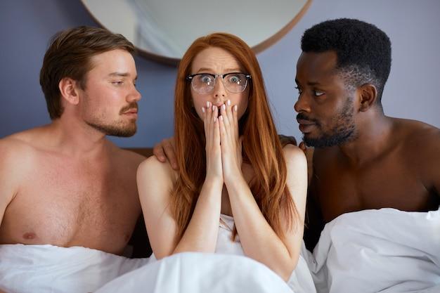 Концепция тройничка с людьми, которые собираются заняться групповым сексом вместе