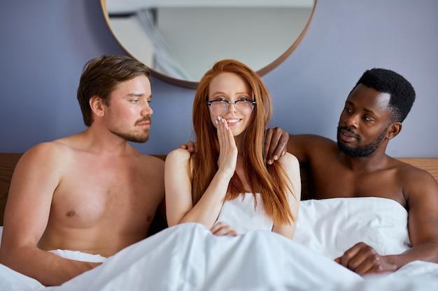함께 그룹 섹스를 할 사람들과 삼인조 개념
