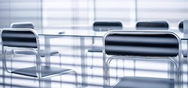 Через жалюзи. конференц-зал перед деловой встречей. бизнес-концепция