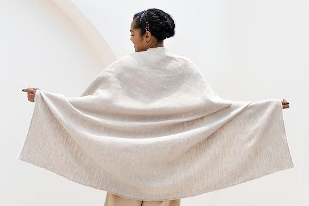 ベージュのアーストーンミニマルスタイルで毛布を投げる