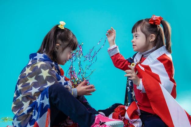 색깔의 리본을 던지고. 축하 독립 기념일 장식 놀고 쾌활한 어린 소녀