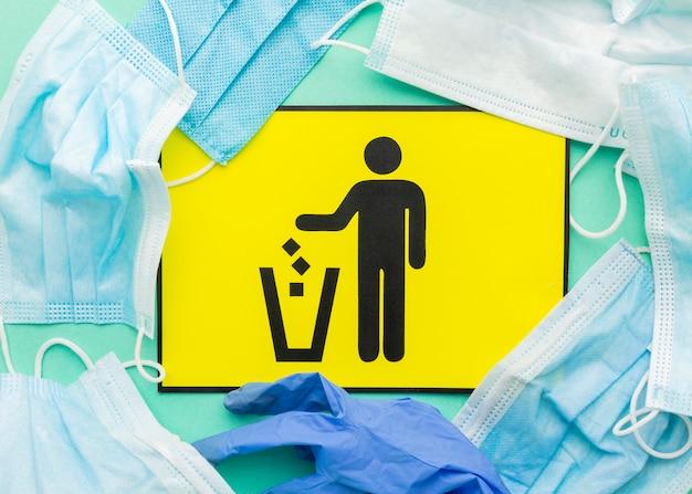 Выбрасывая в мусорную корзину медицинские маски