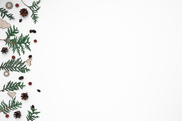 クロベの枝、トウヒ、新年の装飾。コピースペース、フラットレイ、モックアップ、上面図。