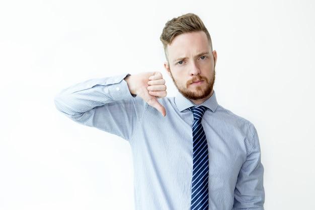 Серьезный деловой человек показывает thumb down