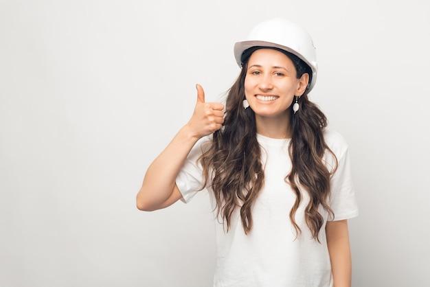 保護用のヘルメットをかぶっている人は親指を立ててください。