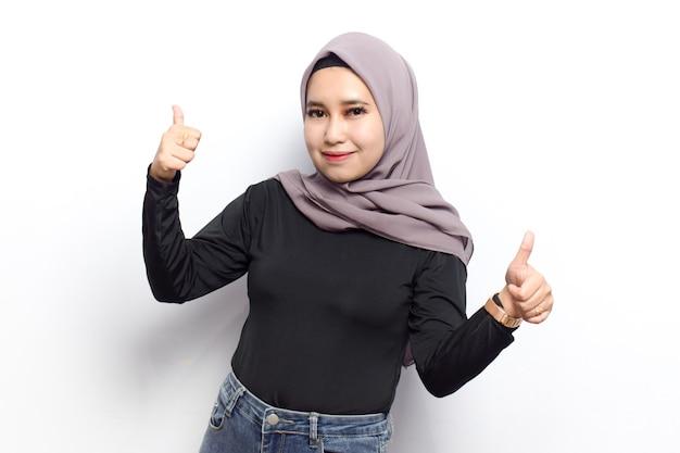 Большой палец вверх жест молодых красивых мусульманских азиатских женщин одевают вуаль хиджаб и черную рубашку