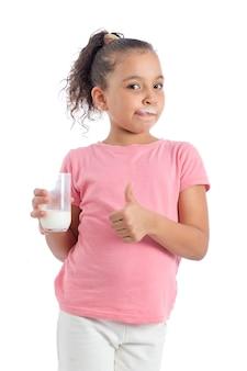 おいしい牛乳を持つ女の子を親指します。