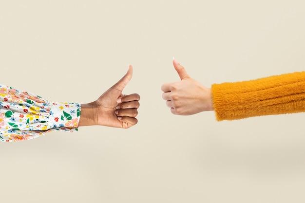 親指を上に向けて手を下に向けると、ジェスチャーに賛成と反対