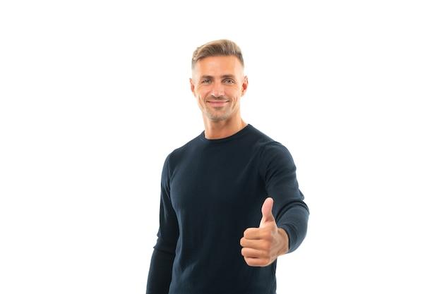 Пальцы вверх. счастливый человек дает знак большого пальца руки. красивый парень делает жест большим пальцем. пальцы вверх. сигнал одобрения. я одобряю.