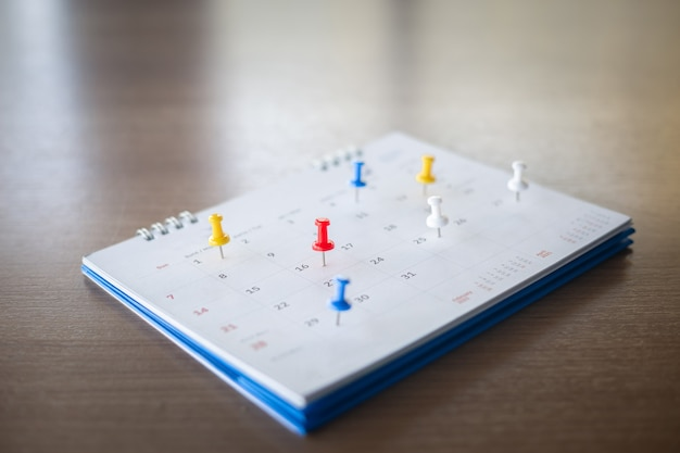 Канцелярская кнопка в концепции календаря для напоминаний о занятости, встречах и встречах.
