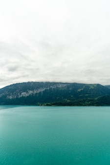 曇りのトゥーン湖