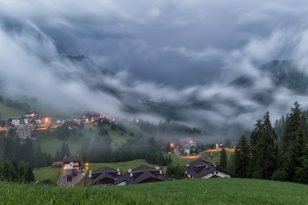 アルプスの村の雷と稲妻