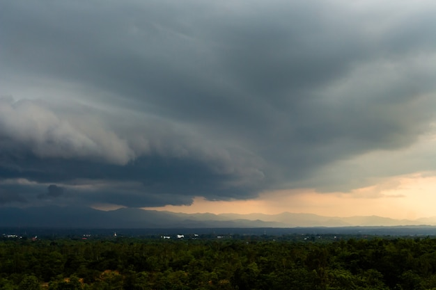 雷雨の空雨雲