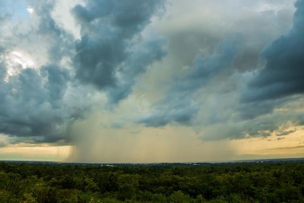 천둥 폭풍 하늘 비 구름
