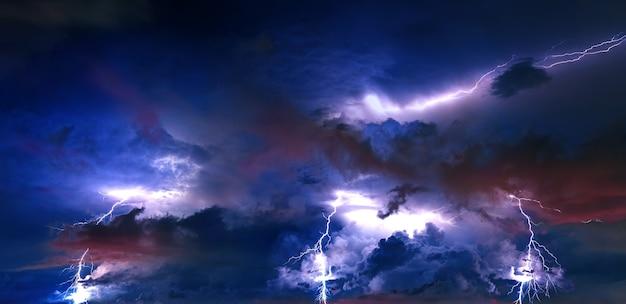밤에 번개와 뇌우 구름입니다.