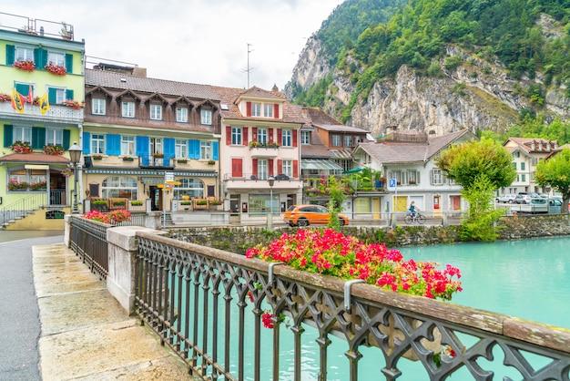 Thunersee川、スイスのインターラーケンの町