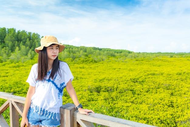 Тхунг пронг тхонг провинция районг азиатские женщины на деревянном мосту в мангровом лесу экотуризм тунг