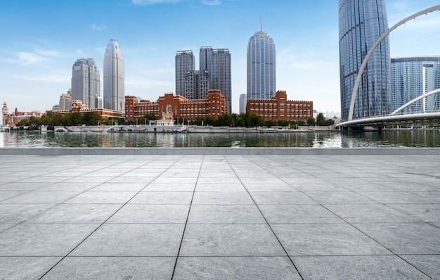 空のタイル張りの床と都市のスカイライン、tianjin中国。